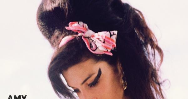 Pośmiertna płyta Amy hitem