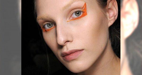 Kolorowe kreski na powiece u Albino