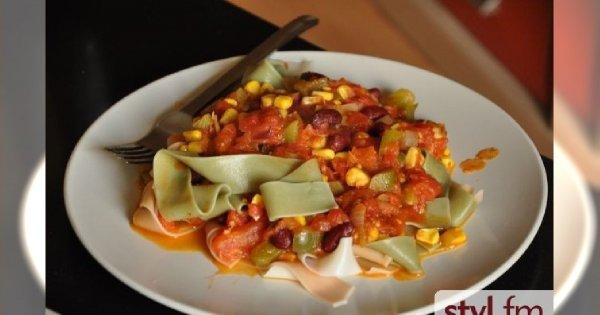 Makaron z sosem pomidorowym i fasolą
