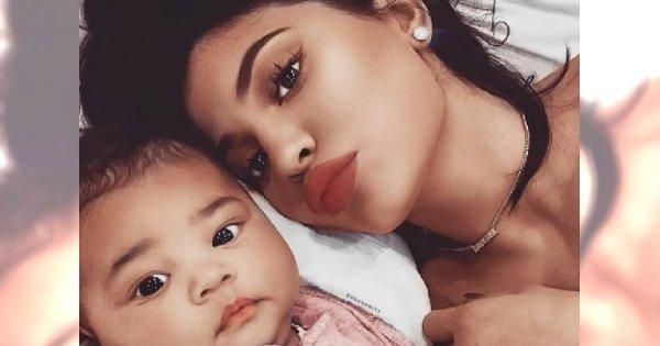 Tak Kylie Jenner upiększyła swoją 5-miesięczną córkę. Fani oburzeni: To za wcześnie!