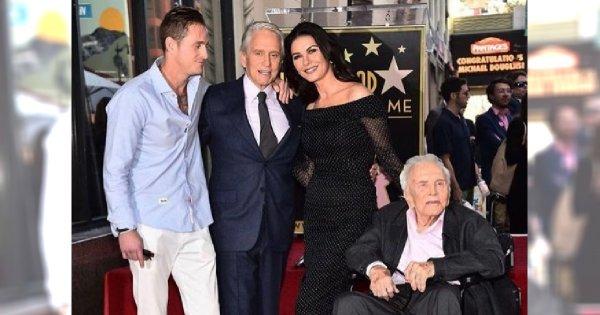 """Michael Douglas i Catherine Zeta-Jones ze 102-letnim (!) Kirkiem Douglasem w Alei Sław! """"Mój ojciec tu jest"""""""