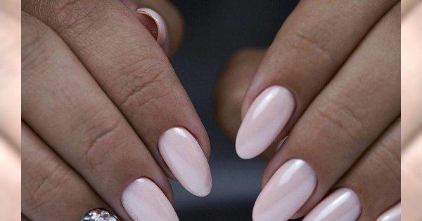 Perłowe paznokcie z eleganckimi zdobieniami - ten manicure jest hitem karnawału!