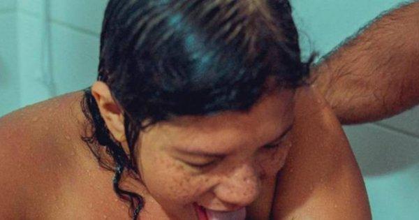 Mama po porodzie liże noworodka. Fotografia budzi kontrowersje na całym świecie