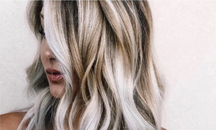 Kokosowe włosy - modna koloryzacja blond dla szatynek i brunetek. Koniec z walką z odrostami!
