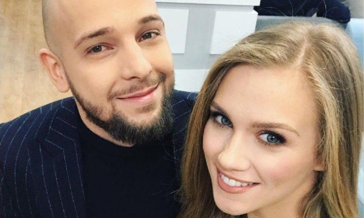 Agnieszka Kaczorowska pokazała ciążowy brzuszek w OPIĘTEJ SPÓDNICY! Już go widać!