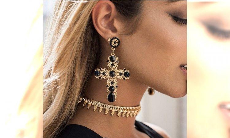 Bransoletka na kostkę - modna biżuteria na wiosnę! Jak nosić