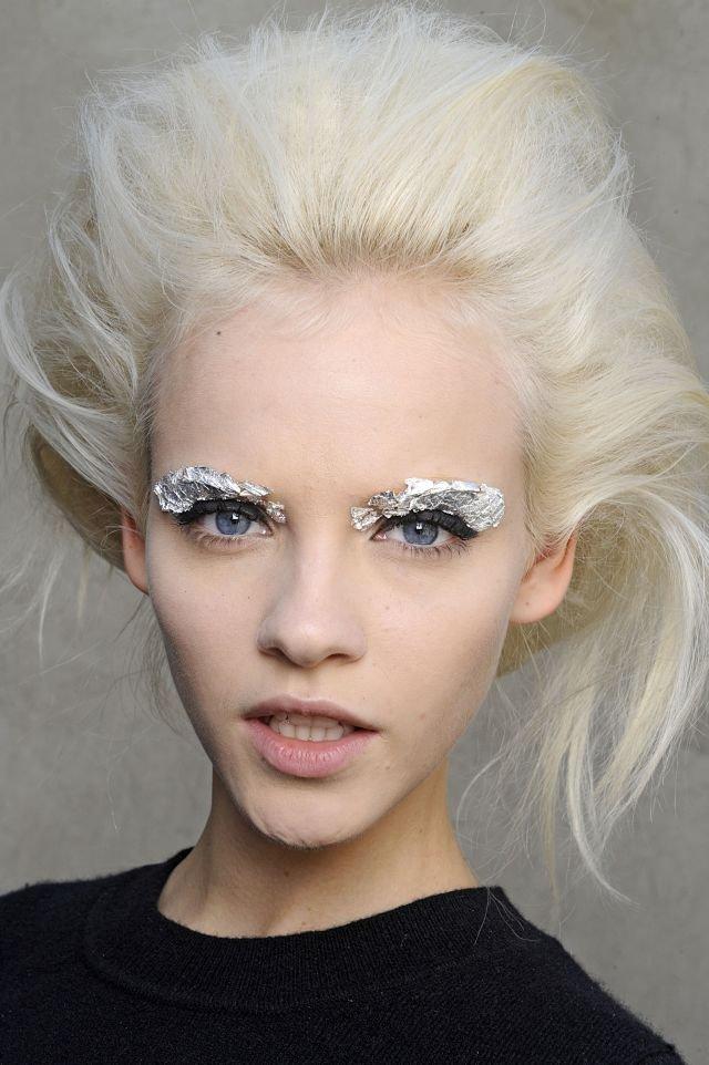 Srebrny makijaż pokazu Fendi