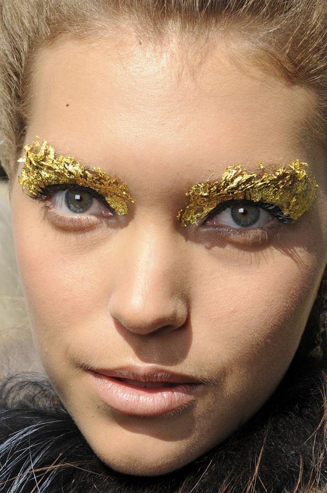 Złoty makijaż pokazu Fendi