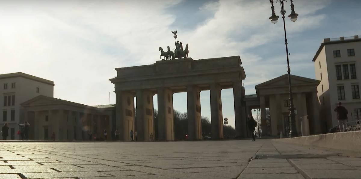 Koronawirus: Młodzi ludzie w Berlinie organizują KORONA PARTY