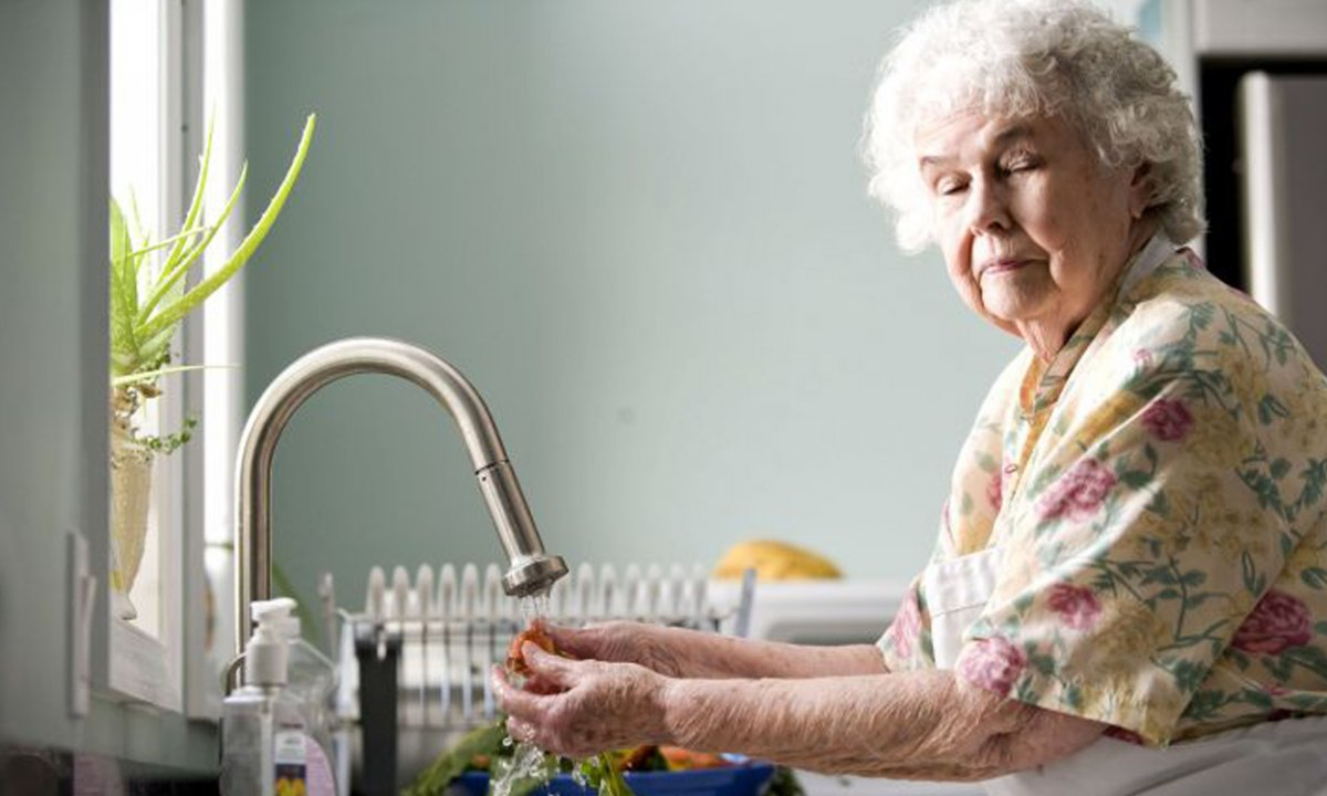 Popularna sieć sklepów rozda bony dla osób starszych. Przeznaczą na to miliony!