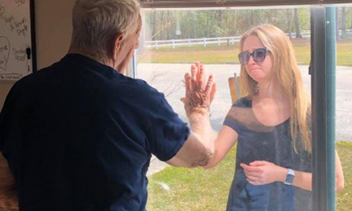 Jej dziadek przebywa na kwarantannie. Zrobiła wszystko, aby przekazać mu wzruszającą wiadomość