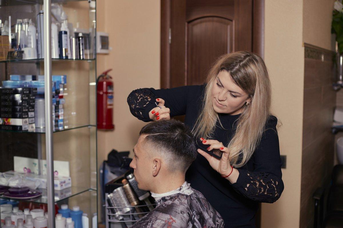 Otwarcie salonów fryzjerskich: wg rzecznika rządu połowa maja to realny termin