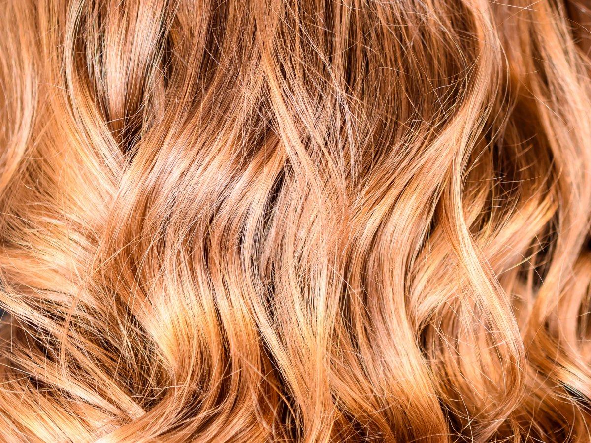 Miodowy blond - komu pasuje? Jak uzyskać ten modny kolor włosów?