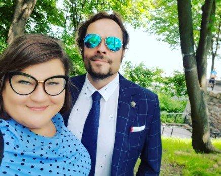 Dominika Gwit w okularach i z mężem