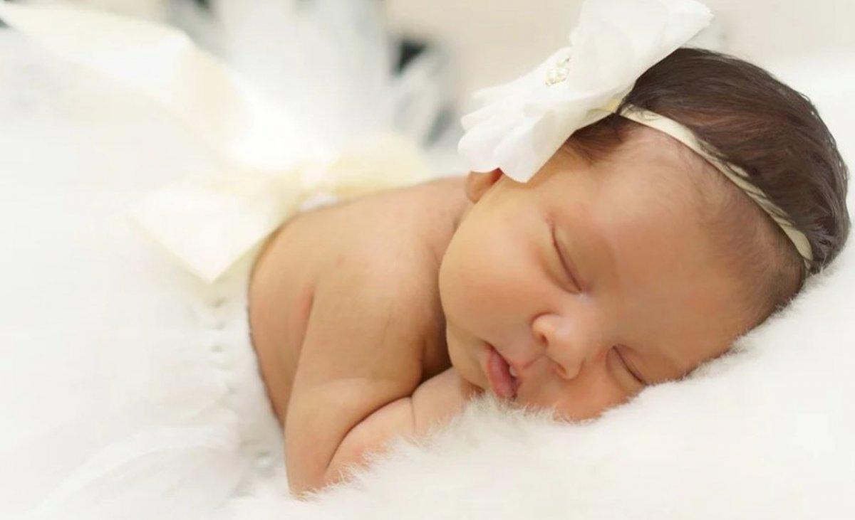 Zakładasz opaskę na główkę swojego malutkiego dziecka? Bądź świadoma tego, co to może nieść za sobą