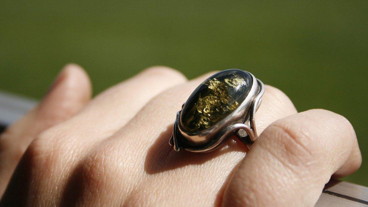 """Koleżanki wyśmiały mój pierścionek zaręczynowy: """"Dramat! Jak z odpustu"""", """"Nie było brzydszego?"""""""
