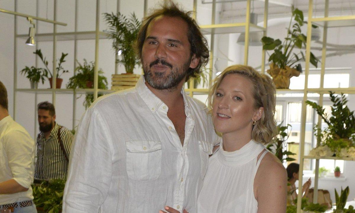 Lara Gessler w ciąży z nowym partnerem na otwarciu własnej pracowni! Sukienka zamaskowała brzuszek