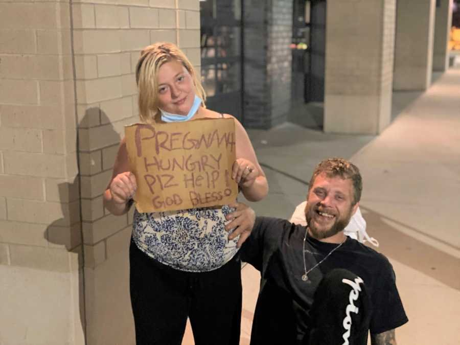 ciężarna kobieta z mężem na wózku inwalidzkim