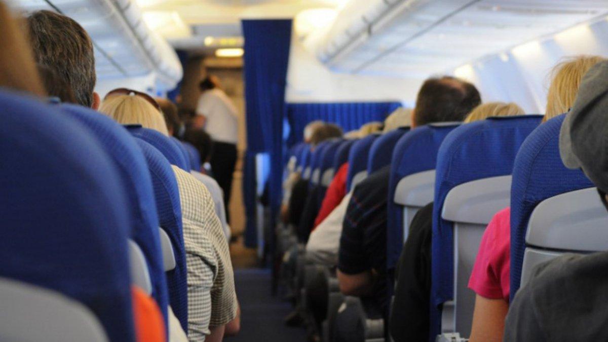 Pasażer znalazł sposób na to, aby nie zakładać maseczki w samolocie. Internauci są oburzeni