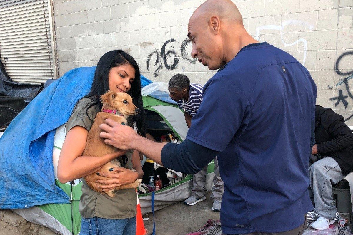 Weterynarz przemierza ulice, aby za darmo nieść pomoc zwierzętom osób bezdomnych