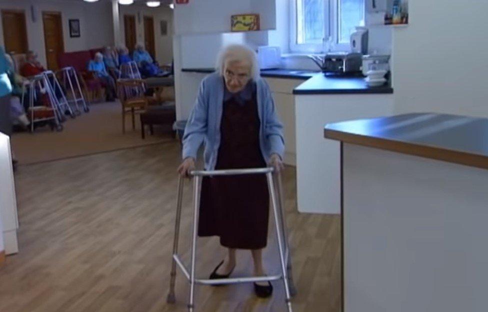 starsza pani i chodzik