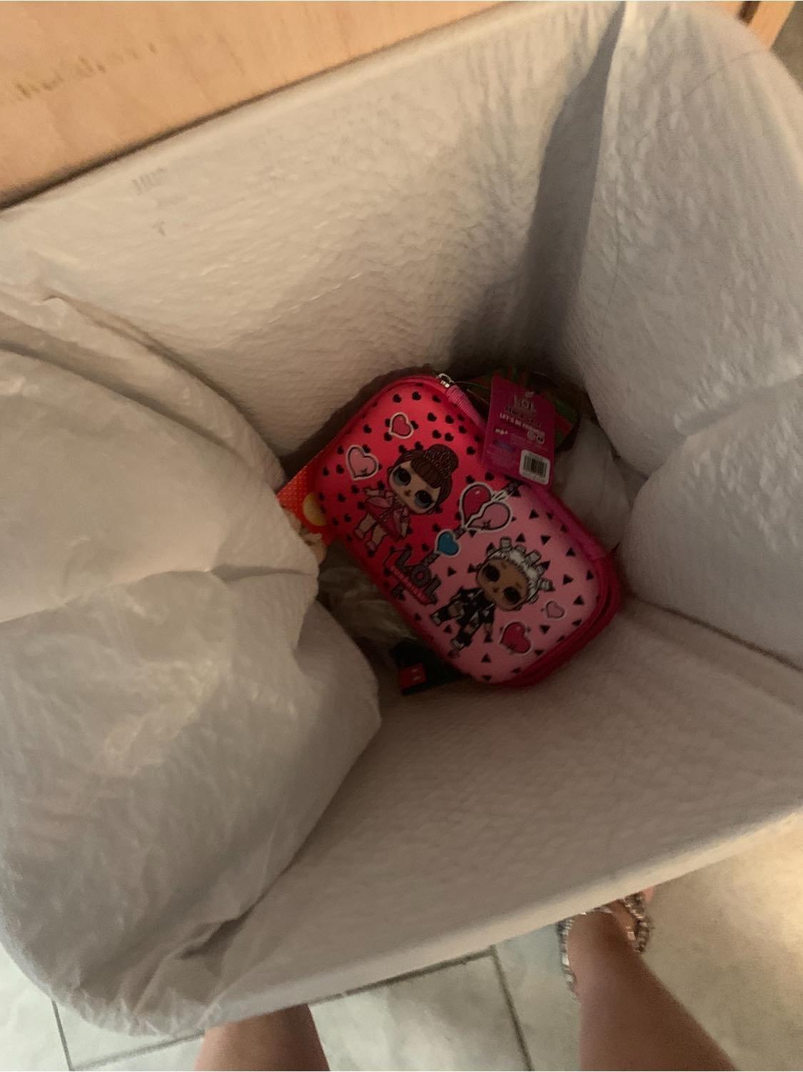 piórnik w koszu na śmieci