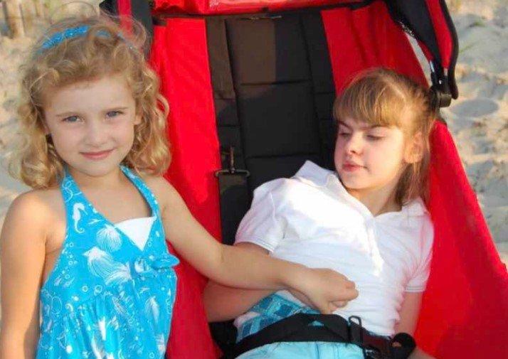 dwie dziewczyny jedna z nich na wózku