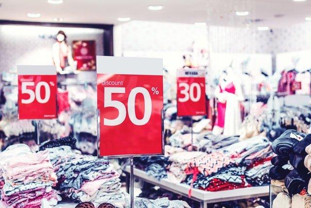 przeceny w sklepie między półkami