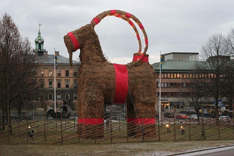 Koza wykonana ze słomy przez mieszkańców Szwecji