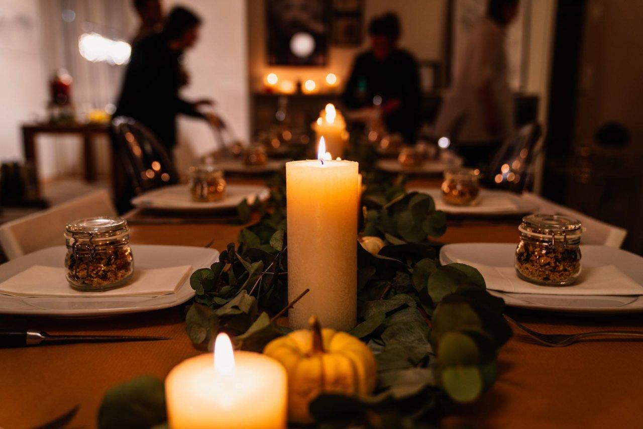 Zapalone świece na stole