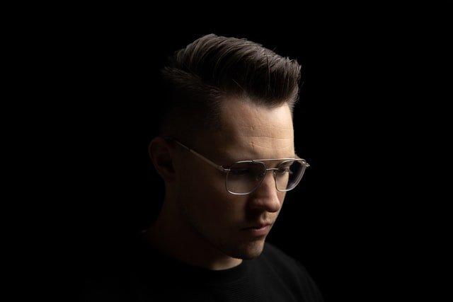 zbliżenie na twarz mężczyzny w okularach, który spogląda w bok