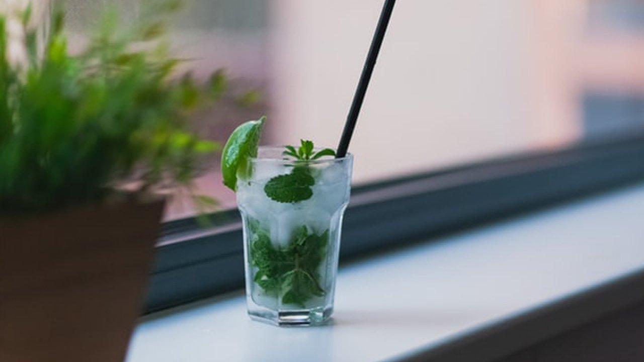 Drinki bezalkoholowe - trzy szybkie propozycje, które skradną serca gości