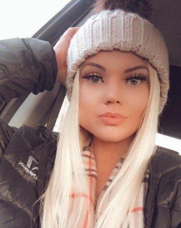 Blondynka w szarej czapce