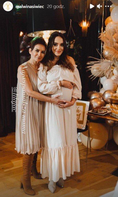 Mama Natalii Siwiec w krótkich włosach obejmuje córkę Malwinę Siwiec ubraną w kremową sukienkę