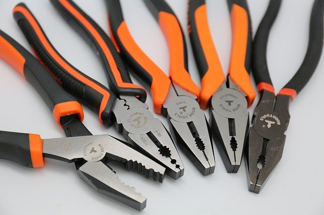 narzędzia do majsterkowania leżące na szarym stole