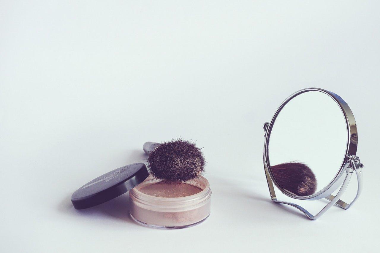 Małe lusterko i kosmetyki