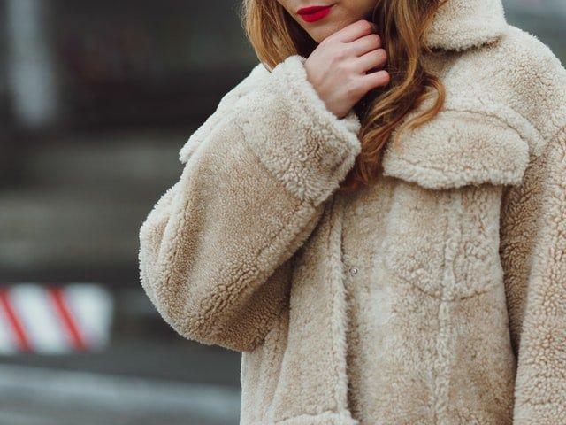 blondynka w beżowym futrze i z czerwonymi ustami
