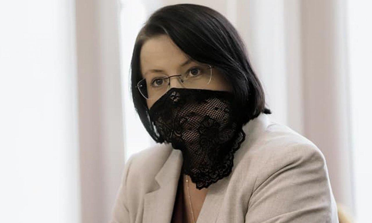 """Kaja Godek w koronkowej maseczce na rozprawie sądowej! """"Jak koronkowe majtki"""" - piszą internauci"""