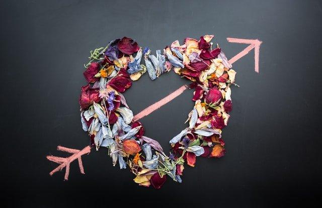 serce ułożone z kwiatków na szarym tle