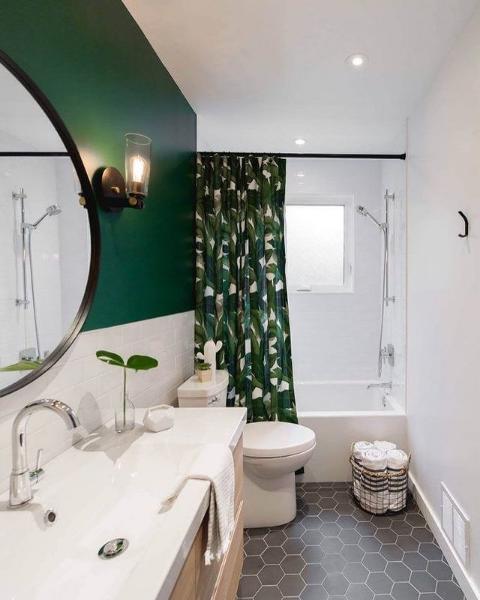 Mała łazienka w jasnej kolorystce z akcentem zieleni