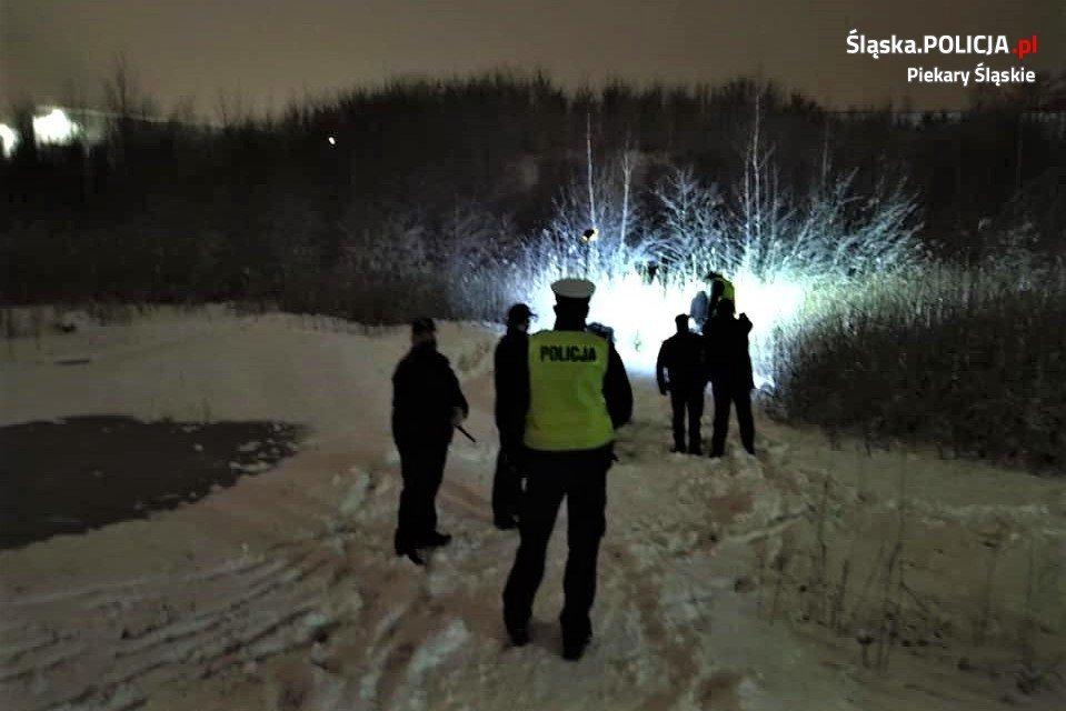 policja przed lasem