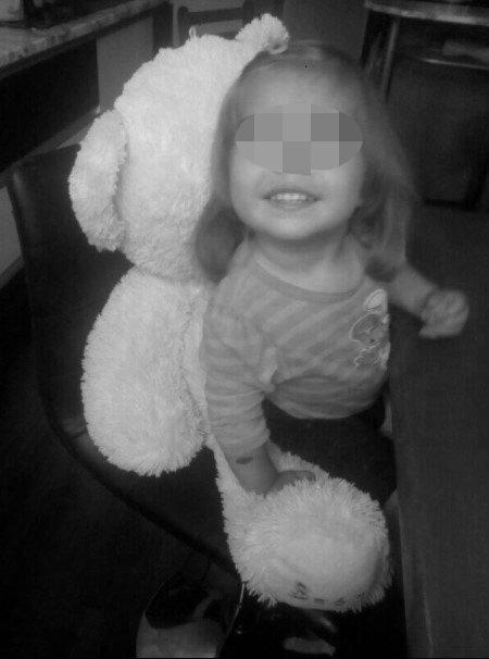uśmiechnięta 3-letnia Klara z Kłodzka na czarno-białym zdjęciu