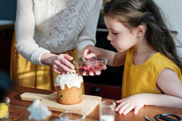 dziewczynka z mamą w kuchni robią ciasto