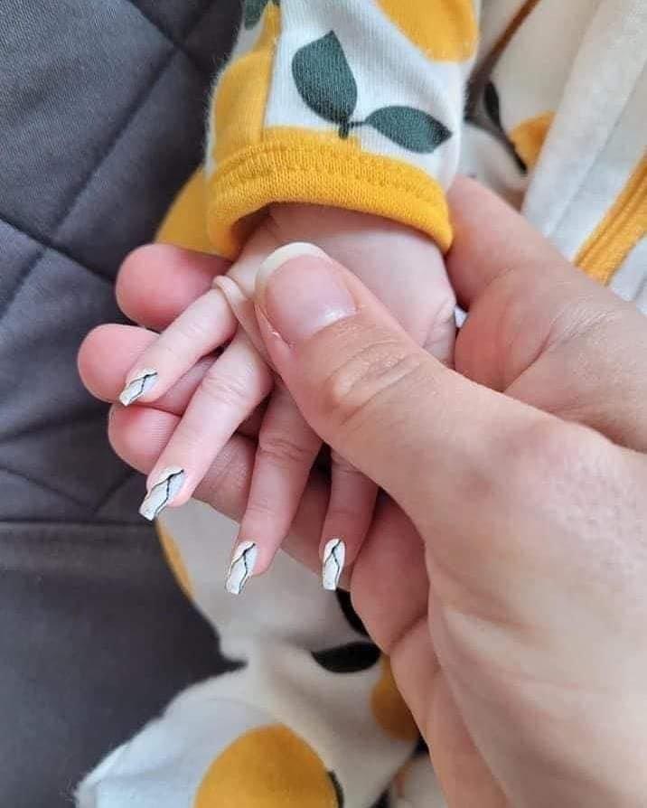 białe paznokcie przedłużane na małych paznokciach u dziecka