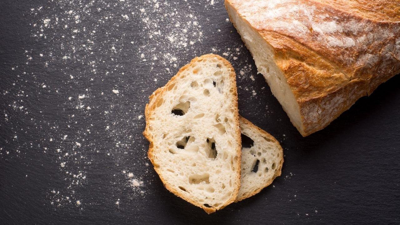 pokrojony chleb na ciemnym blacie