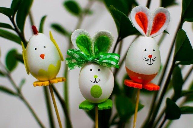 zajączki zrobione z białych jajek udekorowane różnokolorowymi tasiemkami
