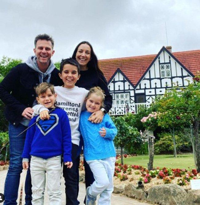 Billy Campbell z mamą, tatą i rodzeństwem na tle dużego domu