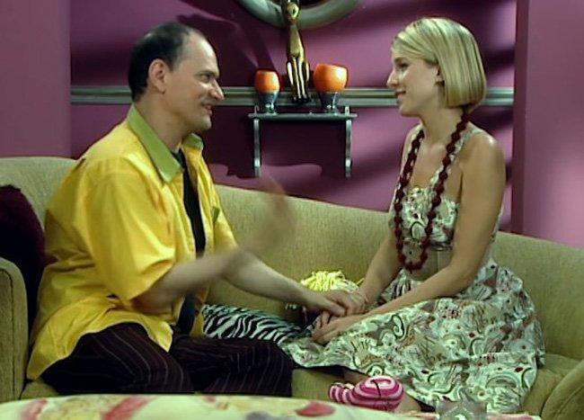 Serialowa Constanza w kwiecistej sukience siedzi na sofie