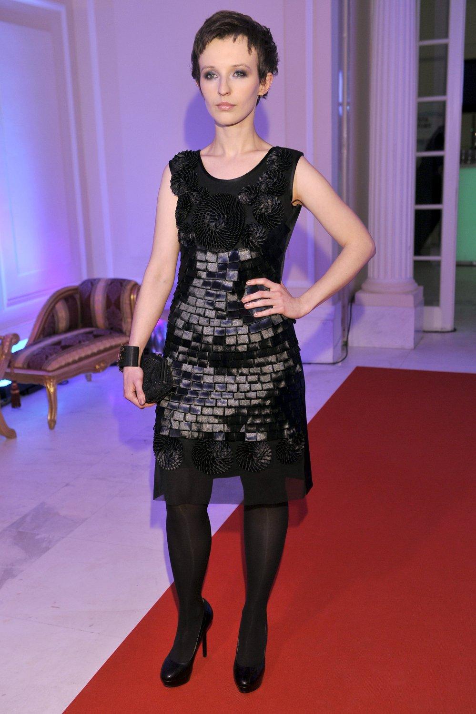 Kamila Łapicka w czarnej sukience i krótkich brązowych włosach