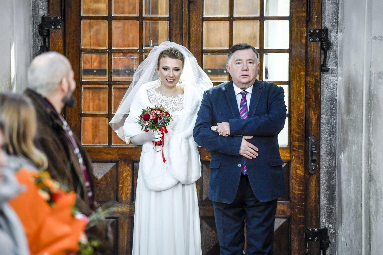Katarzyna Ptasińska  w białej sukni w towarzystwie starszego mężczyzny